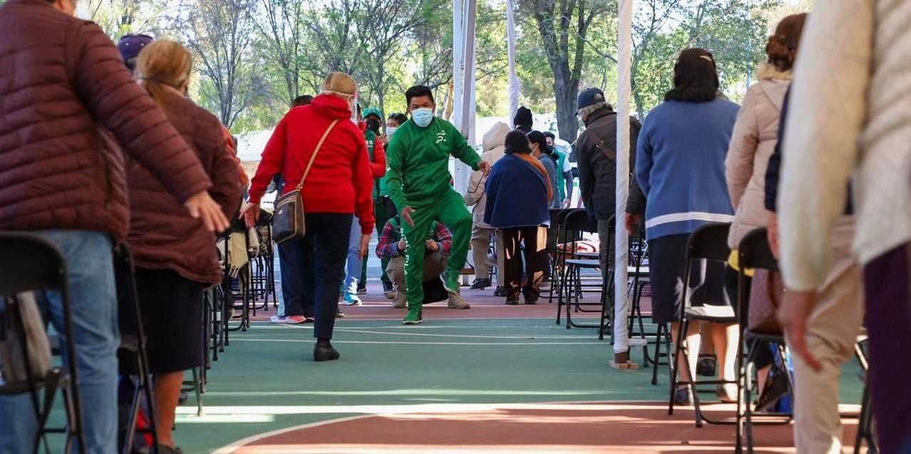 Activa fisicamente equipo de Ponte Pila a adultos mayores durante espera de vacunacion