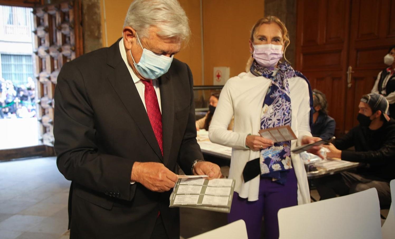 Emite Lopez Obrador voto para proceso electoral de 2021