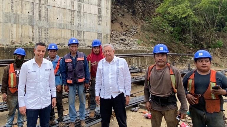 Reconoce Lopez Obrador a trabajadores de la construccion en supervision de obra de autopista Puerto Escondido