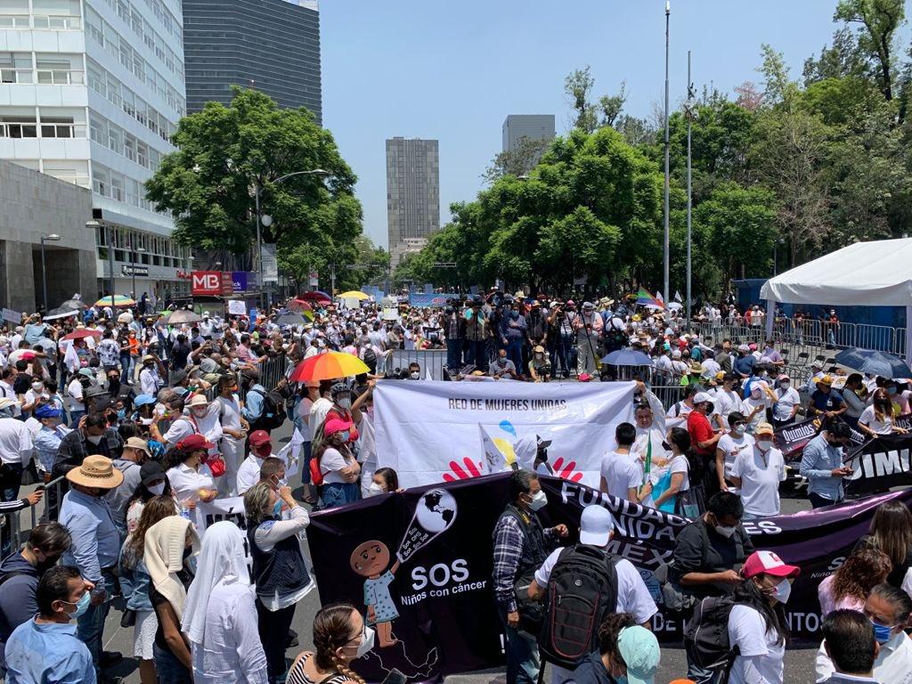 Miles de personas con pacientes con cancer marcharon en CDMX por escasez de medicamentos