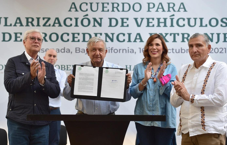 Firma Lopez Obrador acuerdo para regularizar vehiculos usados provenientes del